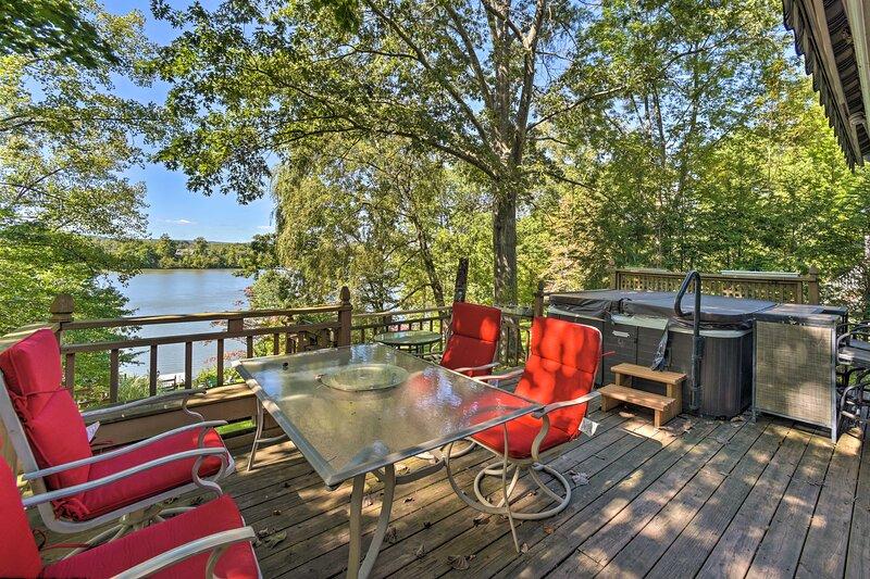 NEW! Cozy Retreat w/ Hot Tub on Sleepy Hollow Lake, location de vacances à Catskill