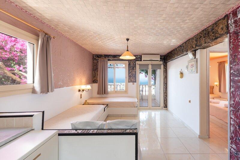 Entire Villa full View 3 bedrooms 3 bathrooms 3 kitchens, alquiler de vacaciones en Creta