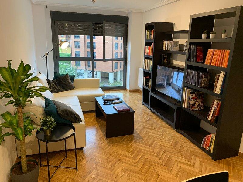 Apartamento Los Prados - Buen acceso, a un paso de HUCA, garaje, Wifi, 5 plazas, Ferienwohnung in Pando