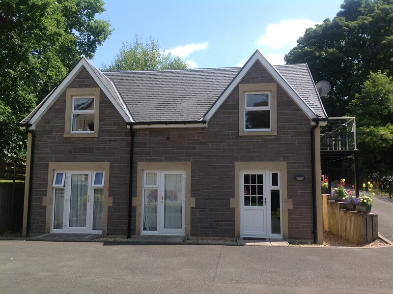 Detached cottage with balcony and private parking