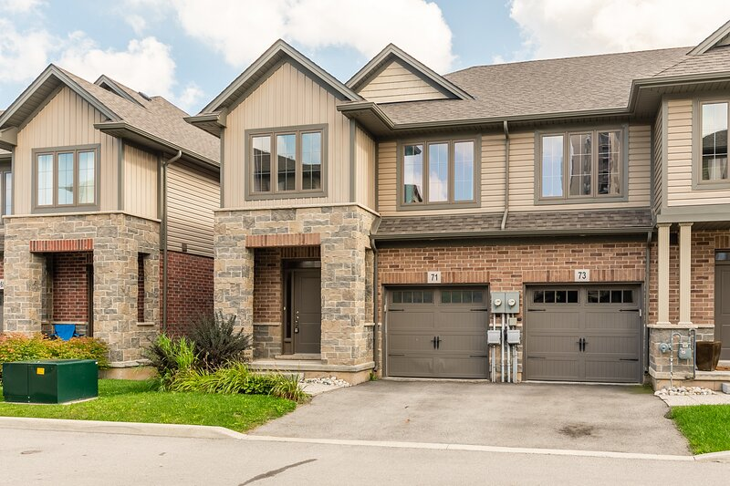 Simply Comfort. 3BR 2.5BA Townhome 1 min to the Beach. BBQ.Parking, alquiler vacacional en Stoney Creek