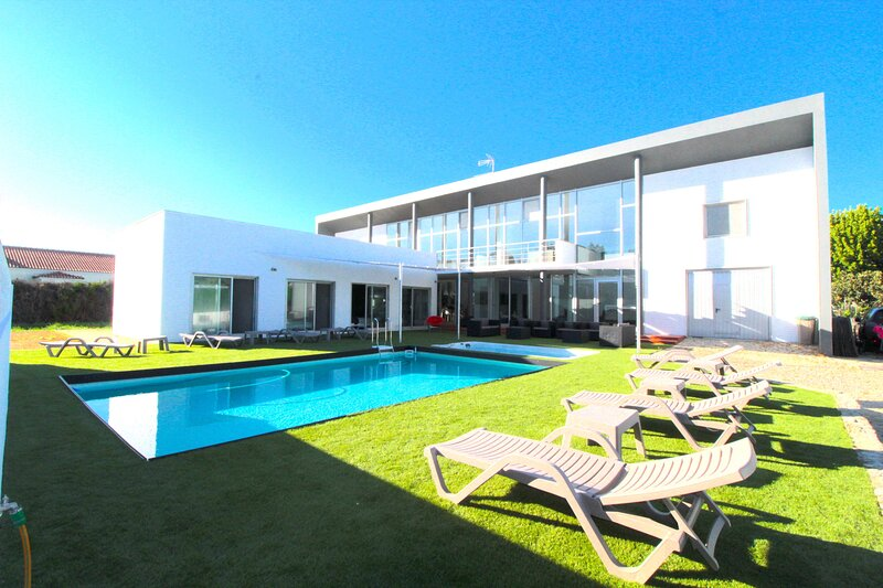 Big villa with swimming-pool & Wifi, holiday rental in Montijo