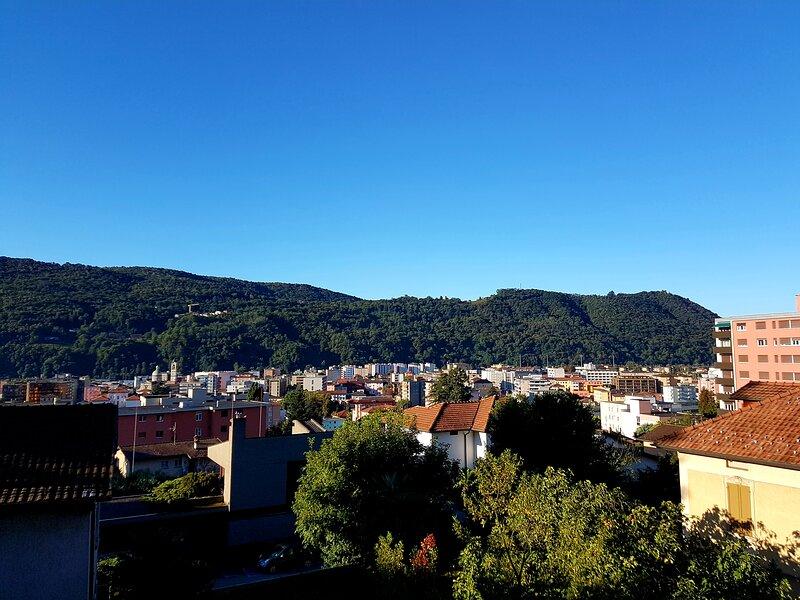 Spacious, bright studio - Balcony, Panoramic View, casa vacanza a Mendrisio