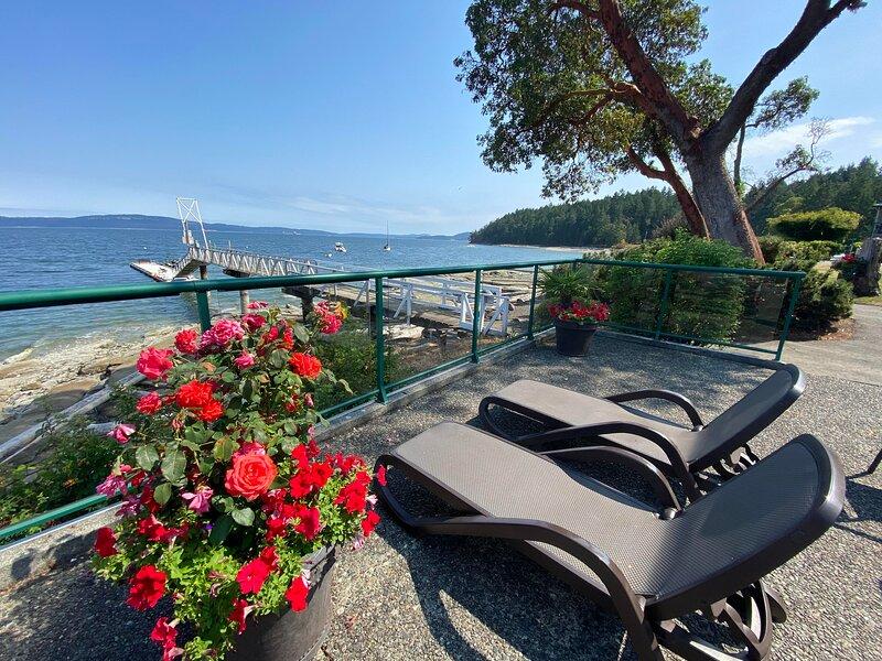 OCEANFRONT SUMMER GETAWAY!! Pool~Hot Tub and Private Dock!!, aluguéis de temporada em Nanaimo