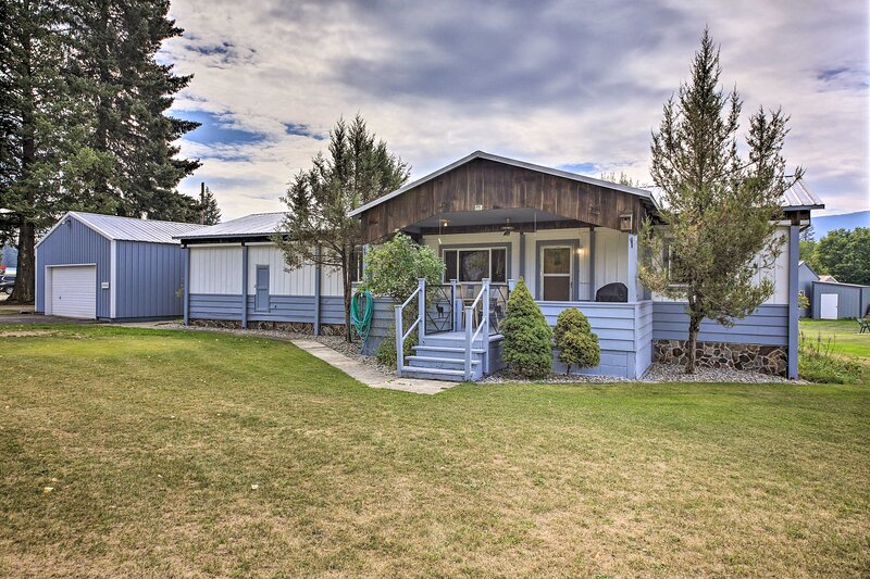 Woodsy Riverfront Retreat in Trout Creek Montana!, casa vacanza a Trout Creek