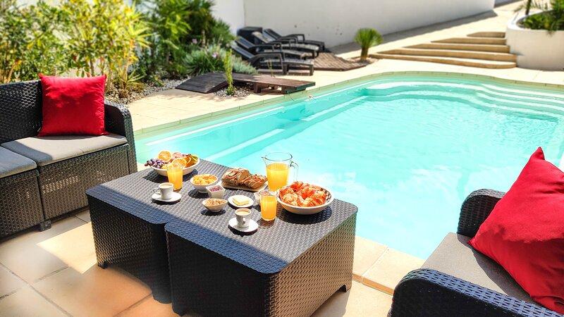 Villa avec Piscine et Jardin Privé au calme. Plage et Centre ville à 800 m, holiday rental in Carry-le-Rouet