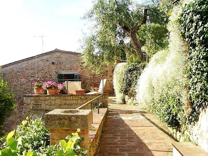 La Terrazza, Tuscany ancient stonehouse with lovely view and garden, casa vacanza a Cetona