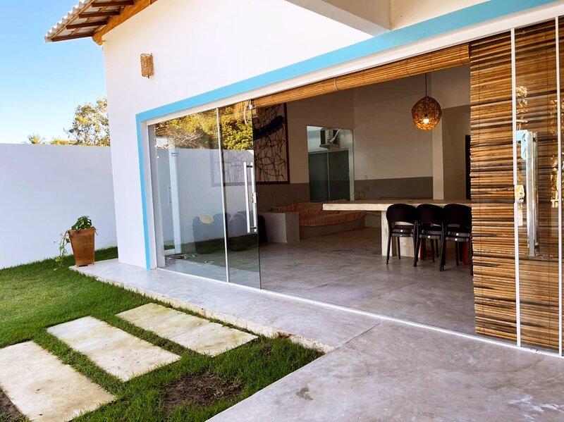 Casa de praia espetacular a 50 merros da areia, aluguéis de temporada em Prado