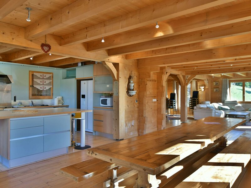 Grand chalet indépendant, 18 personnes, 7 chambres, wifi, proche commerces!, holiday rental in Le Grand-Bornand