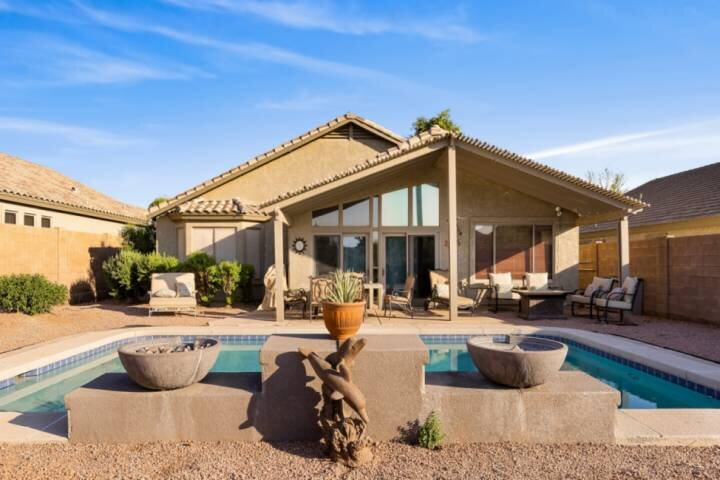 NEW! Private MOUNTAIN VIEW with POOL and FIRE PIT ~ HIKING/GOLF/ZIPLINE nearby ~, holiday rental in Gold Canyon