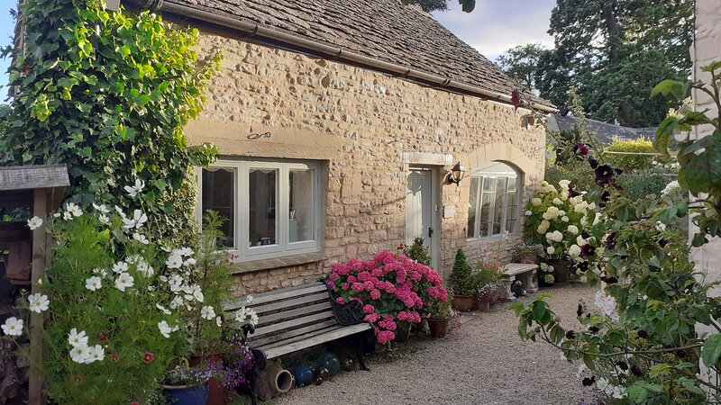 Cotswold cottage couples getaway, holiday rental in Amberley
