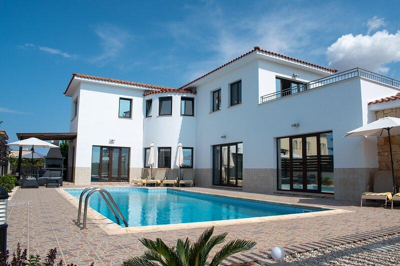 FANTASTIC 4 Bedroom Luxury Villa 5 Minute Walk to Beach, alquiler de vacaciones en Distrito de Pafos
