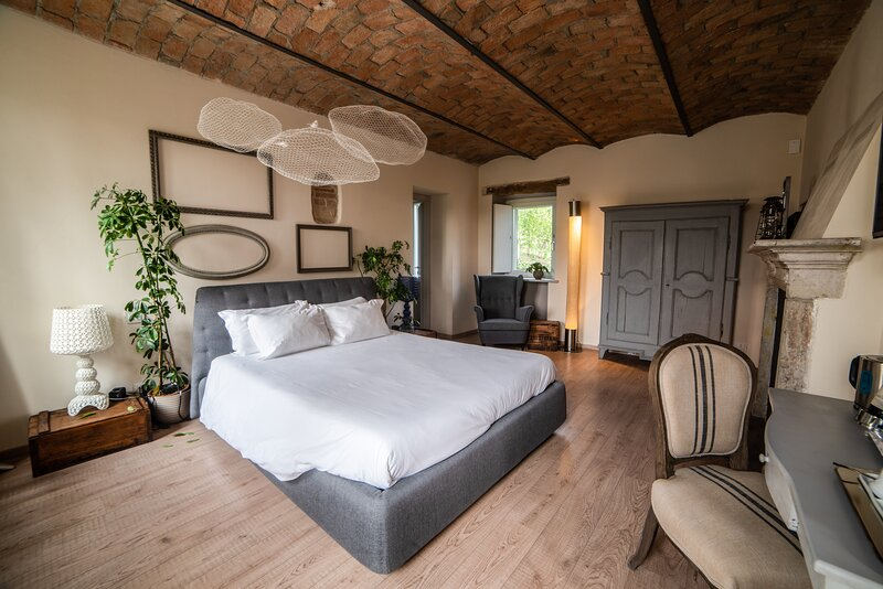 LANGHE COUNTRY HOUSE NEIVE - CAMERA LA QUERCIA, holiday rental in Neive