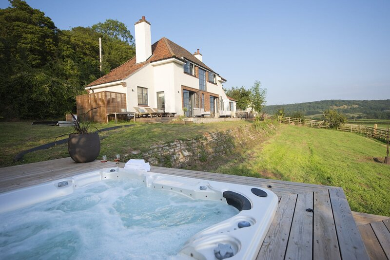 Decoy Farm House - An exceptional farm house with stunning interior, private hot, holiday rental in Somerton
