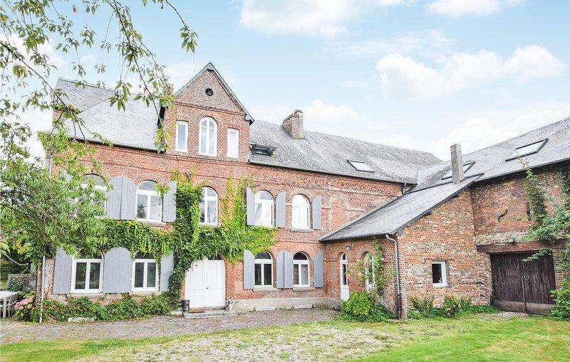 Amazing home in L.Authieux sur Calonne with 5 Bedrooms (FNC234), casa vacanza a Le Breuil-en-Auge