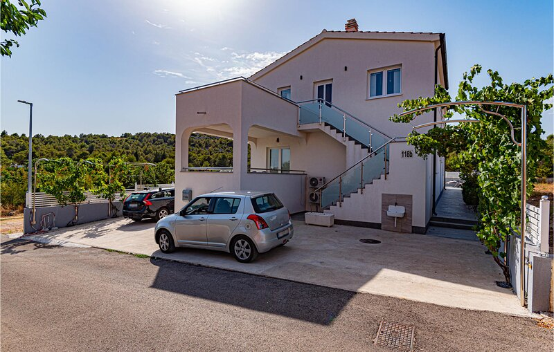 Beautiful apartment in Bilice with WiFi and 2 Bedrooms (CDJ823), casa vacanza a Bilice