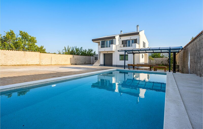 Nice home in Sibenik with Outdoor swimming pool, WiFi and 2 Bedrooms (CDJ822), location de vacances à Konjevrate
