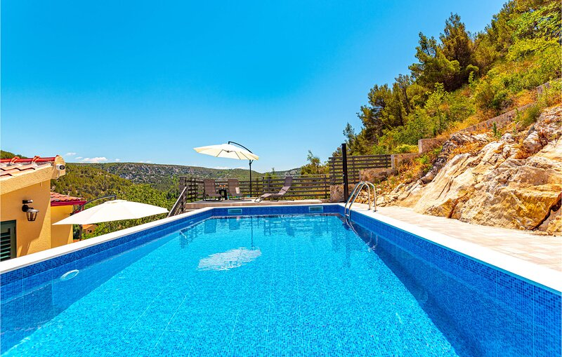 Beautiful home in Skradin with Outdoor swimming pool, WiFi and 3 Bedrooms (CDJ81, casa vacanza a Skradin