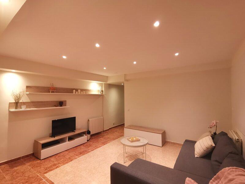 Piso ABELLU 3 habitaciones en Oviedo, holiday rental in Sograndio