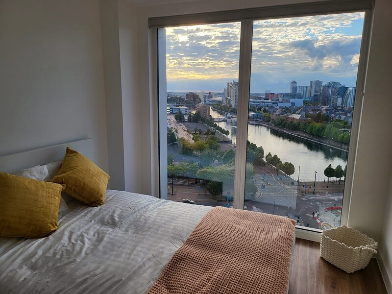 Brand new luxury 2-bed flat with stunning views, holiday rental in Stretford