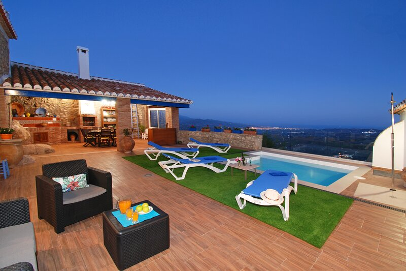 HIDDEN GEM IN ANDALUSIAN VILLAGE-POOL-AMAZING VIEWS-HISPEED INTERNET, vacation rental in Cutar