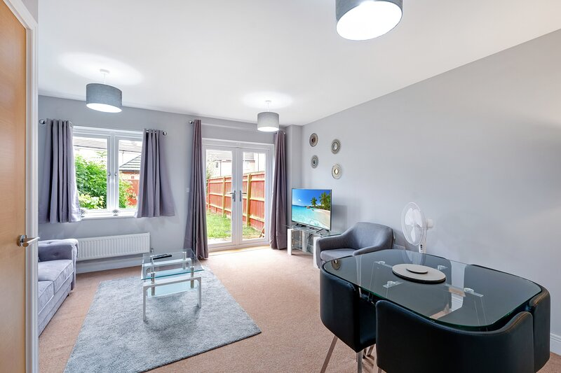 London Heathrow Living Holywell Springs Serviced House - 3 bedrooms, holiday rental in Sunbury