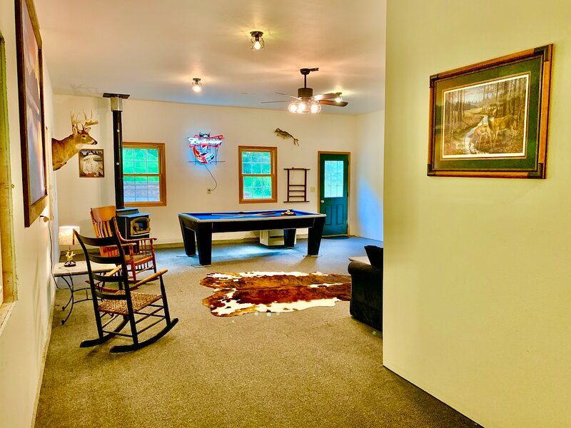 Edgewood Lodge - close to Mississippi River w/ hot tub, holiday rental in Lynxville