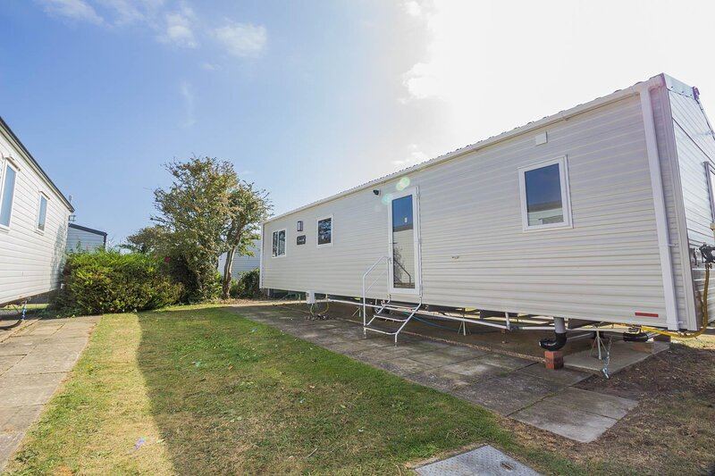 Lovely 6 berth caravan close to the beach in Suffolk ref 68030B, vacation rental in Barnby
