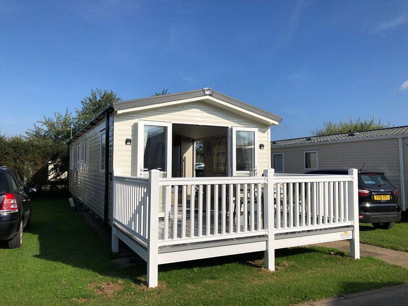 Beautiful 8 berth caravan with decking in Yorkshire ref 41153SF, holiday rental in Lissett