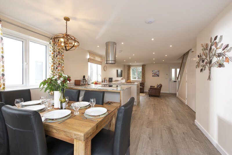 Holly Cottage, The Woodland Collection - A luxurious new pet-friendly cottage se, vacation rental in Trenwheal