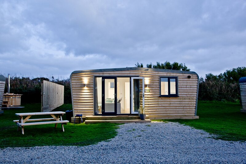 Wheal Prosper, Wheal Dream - A two bedroom luxury lodge with a wood fired hot tu, location de vacances à Gweek