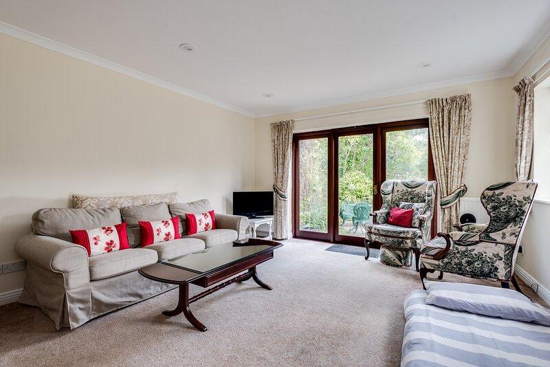 Spacious 1-Bedroom Flat with garden & free parking, vacation rental in Eynsham