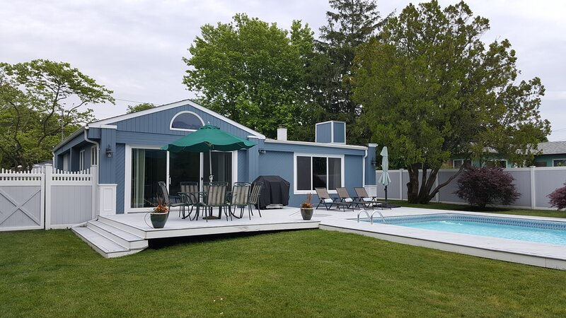 3BR/2BA- Private Heated Pool Steps to Moriches Bay, vacation rental in East Moriches