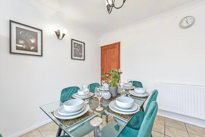 Perfect Hemel House Sleeps 8+ Comfortably, holiday rental in Aldbury