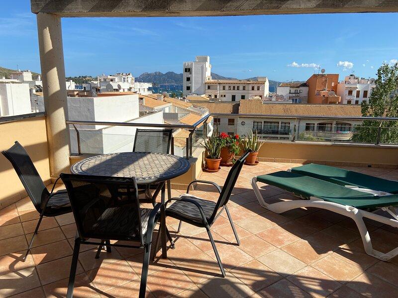 Penthouse apartment in central Porto Pollenca stunning view. Which has a lift., alquiler de vacaciones en Port de Pollença
