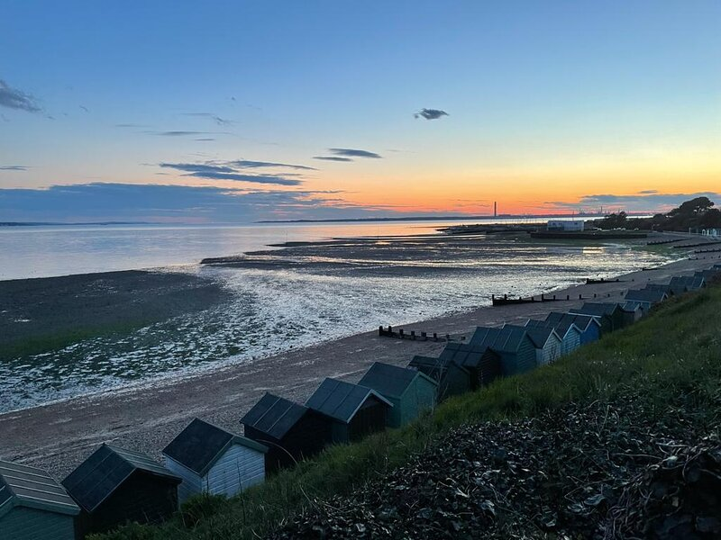 Solent View Seaview Dog Friendly Ground Floor Flat 1 min to beach Sleeps 4, vacation rental in Fareham
