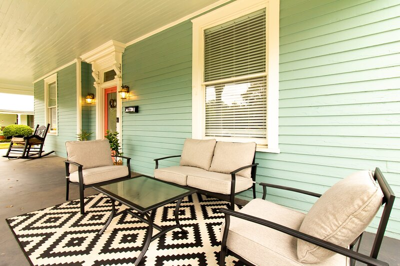 Teal Magnolia- Wrap around porch, firepit and historic charm!, vacation rental in Columbus