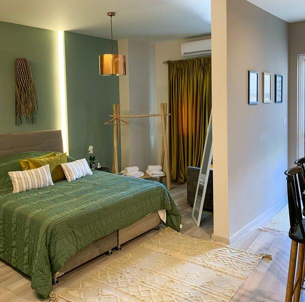 Luxury-1Bed Apartment with Porch in Greece, aluguéis de temporada em Patras