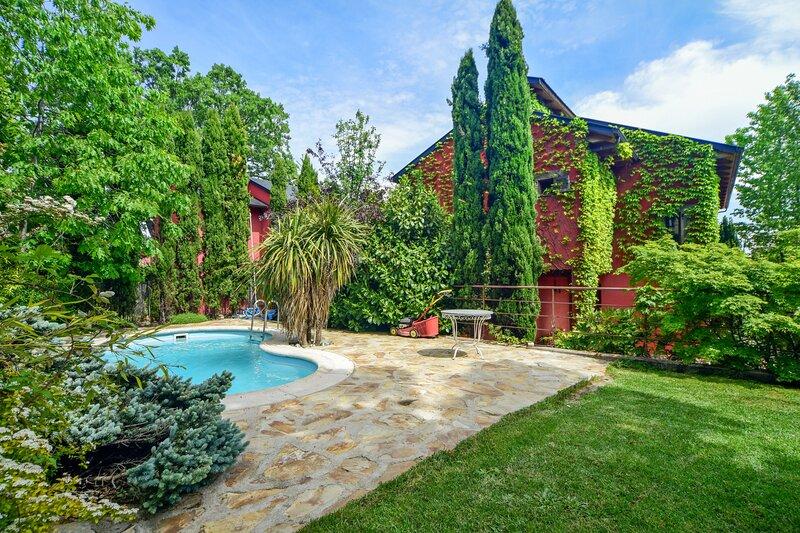 Big villa with swimming-pool & Wifi, location de vacances à Galapagar