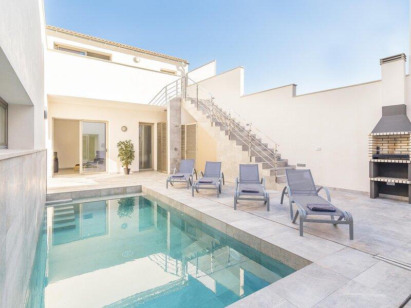 Villa Margalida. Spectacular newly built villa with heated pool., aluguéis de temporada em Sa Pobla