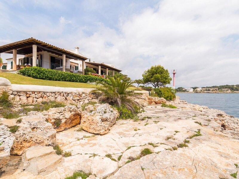 Villa Nadal - Beautiful villa in Porto Colom facing the sea, location de vacances à Calas de Majorca