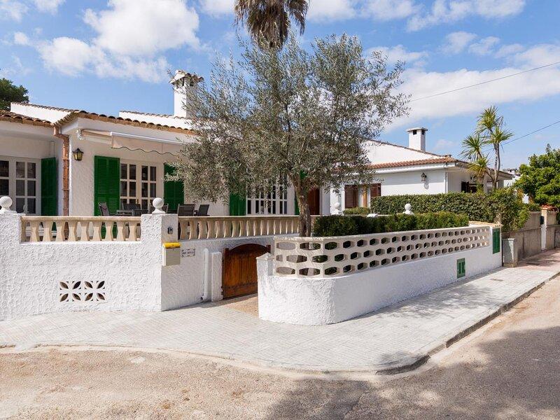 Verdera - Cosy chalet just 100 metres far from the beach, casa vacanza a Playa de Muro