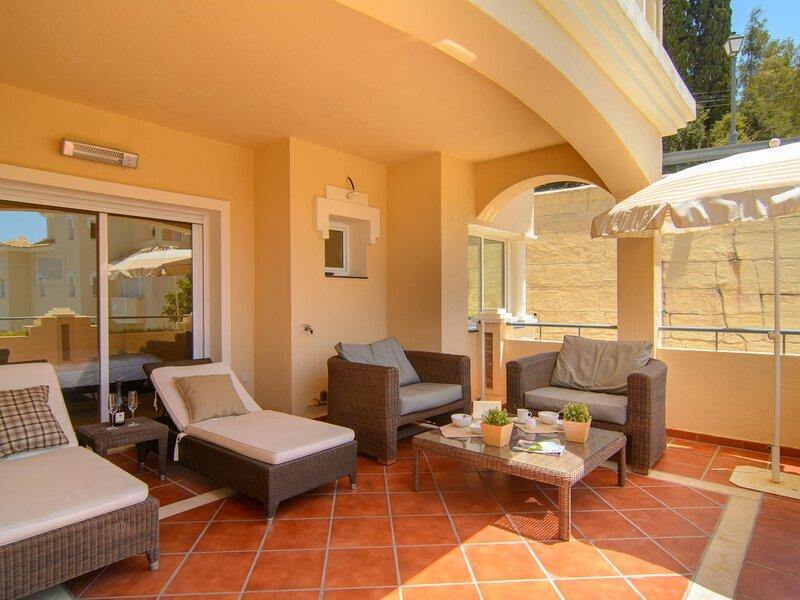 Modern 2 bedroom apartment in Colorado Hills with jacuzzi, aluguéis de temporada em Elviria
