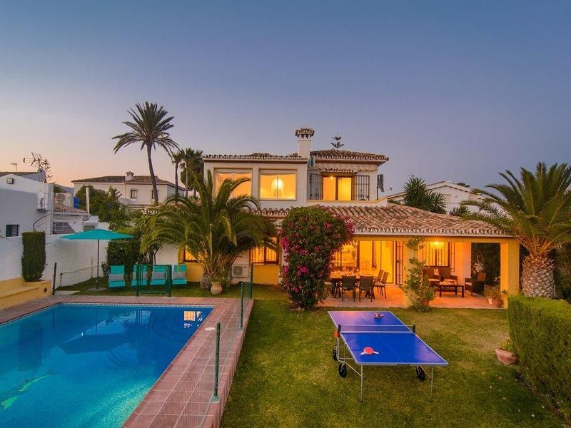 Typical beach house, ping pong table, pool (45m2), garden, aluguéis de temporada em Elviria