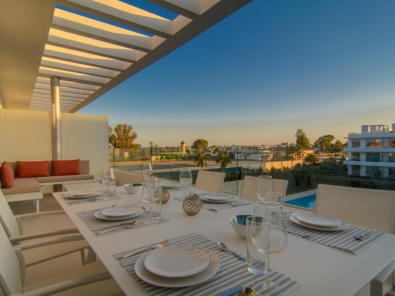 Belaire 3 bedroom penthouse with solarium, pools and WiFi, vacation rental in Benamara