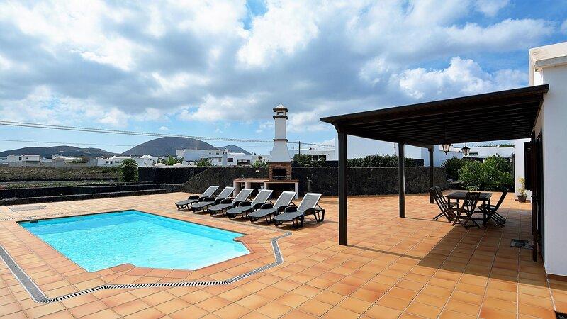 Villa Campesina Deluxe with Private Pool Tomaren 3 Bedrooms, alquiler vacacional en Mozaga