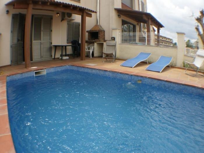 Casa de 4 habitaciones, 2 baños, piscina privada, amarre, wifi, aluguéis de temporada em Empuriabrava