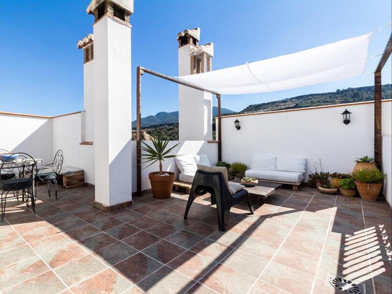 Lovely house with nice terrace, aluguéis de temporada em Albunuelas