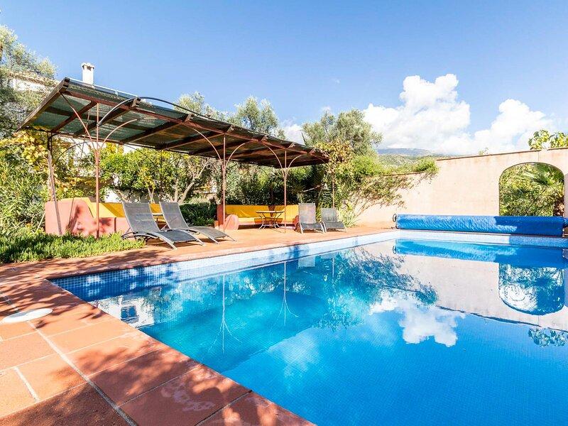 Magnificent rural house, with garden and private pool, aluguéis de temporada em Albunuelas