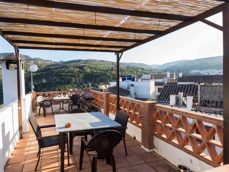 House with terrace and great views, aluguéis de temporada em Albunuelas